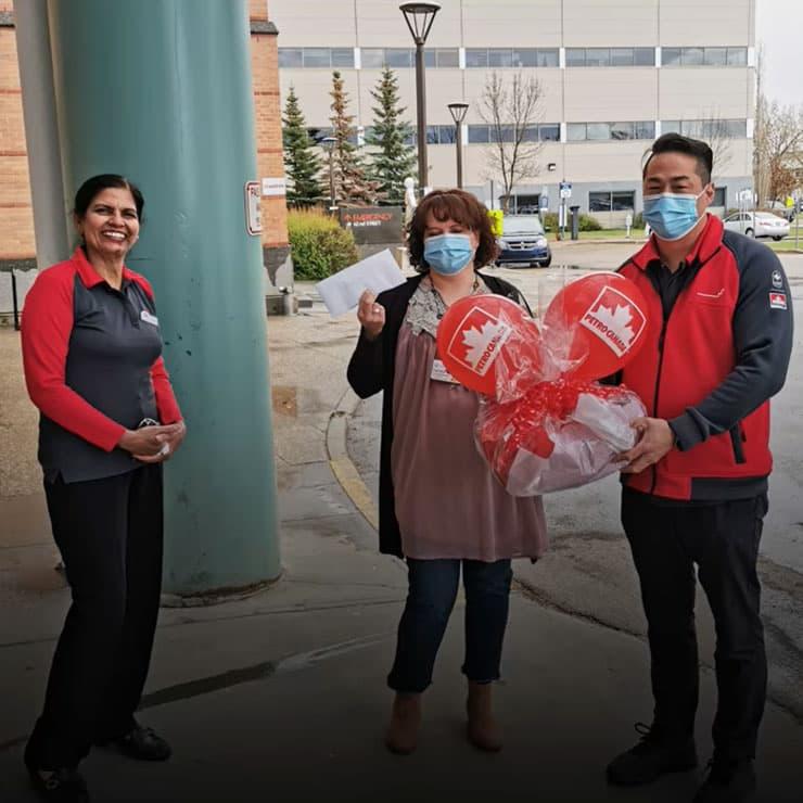 Les membres de l'équipe de Petro-Canada faisant un don à un hôpital.