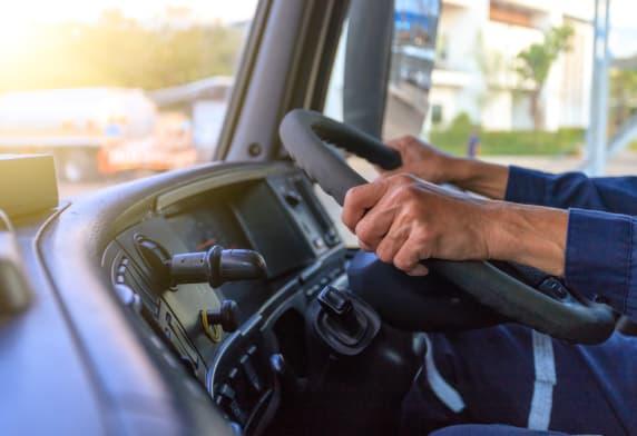 Un homme conduit un camion