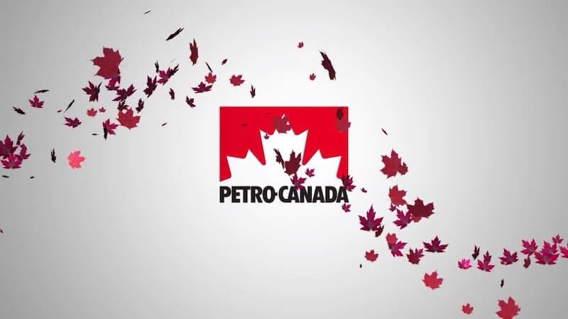 Des feuilles d'érable rouges qui volent devant le logo Petro-Canada.