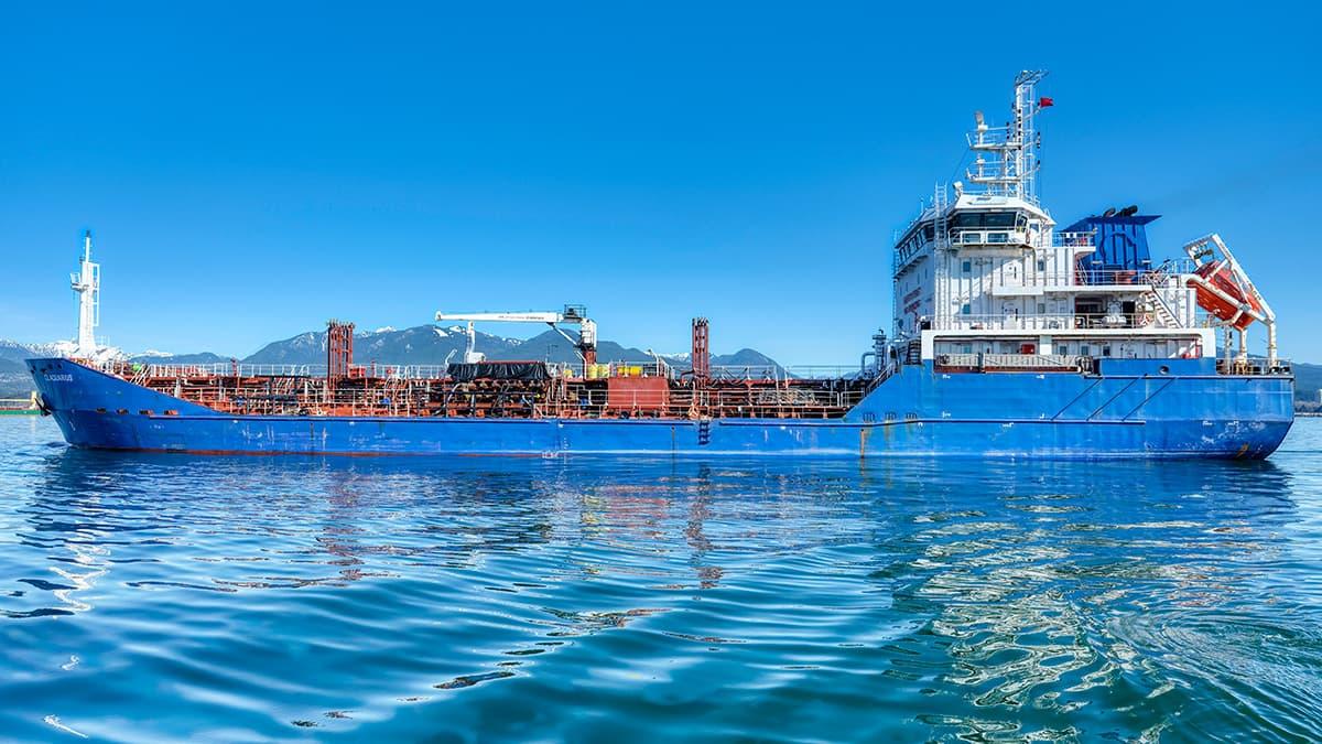 Bateau Aquarius naviguant sur l'eau.