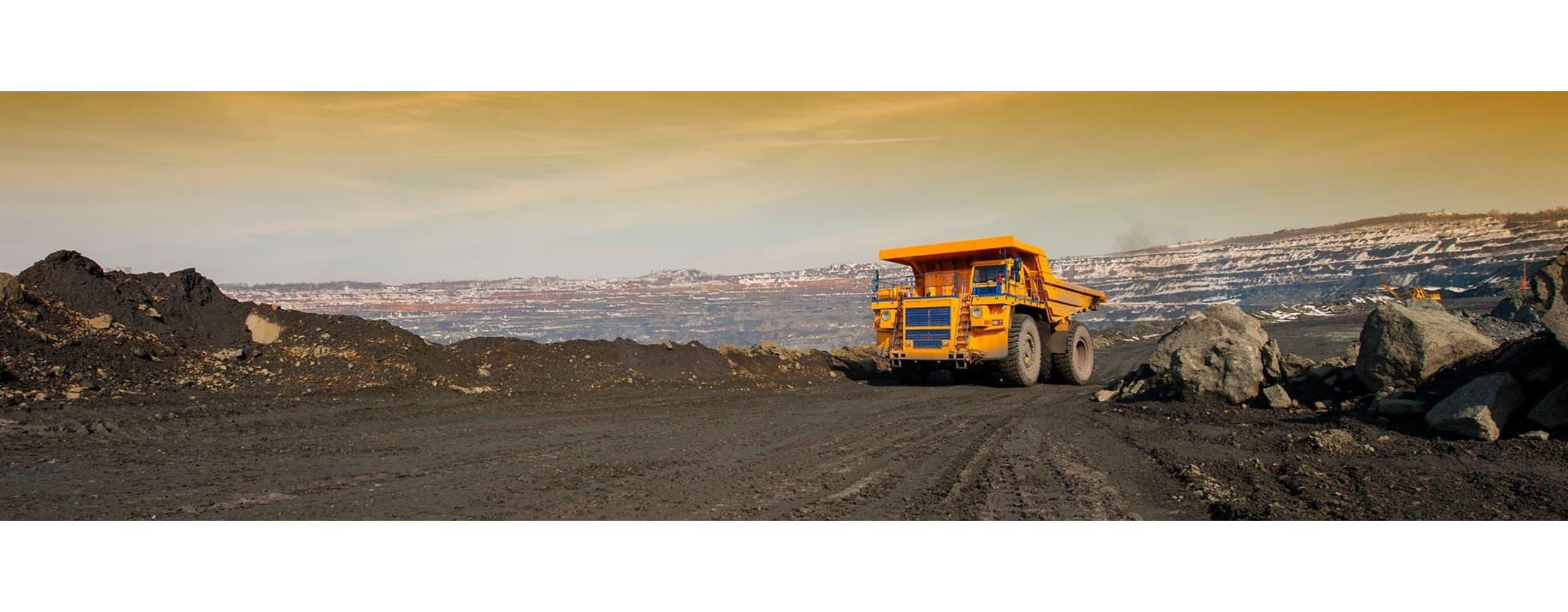 Vue de coucher du soleil de camion minier