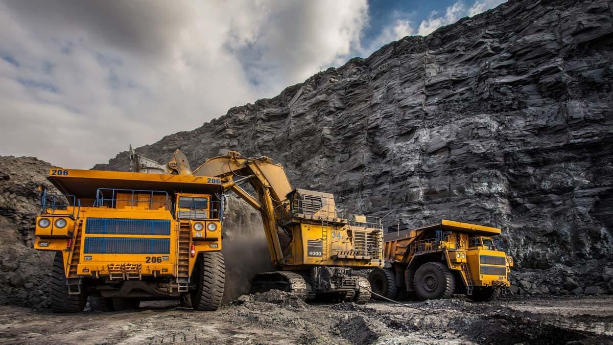 Gros camions de transport jaunes et d'équipement miniers.