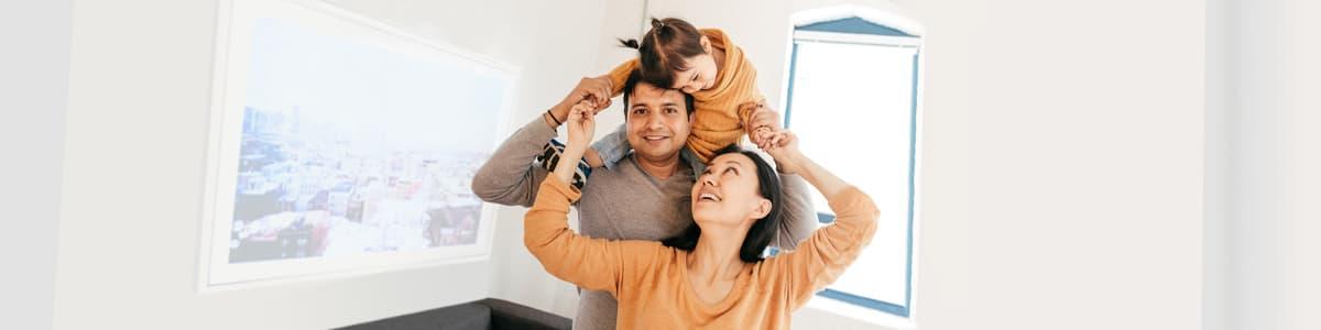 Une famille souriante.
