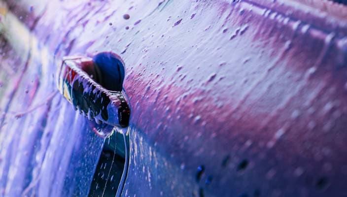 Le côté d'une voiture enduite de la triple mousse nettoyante de Petro-Canada.