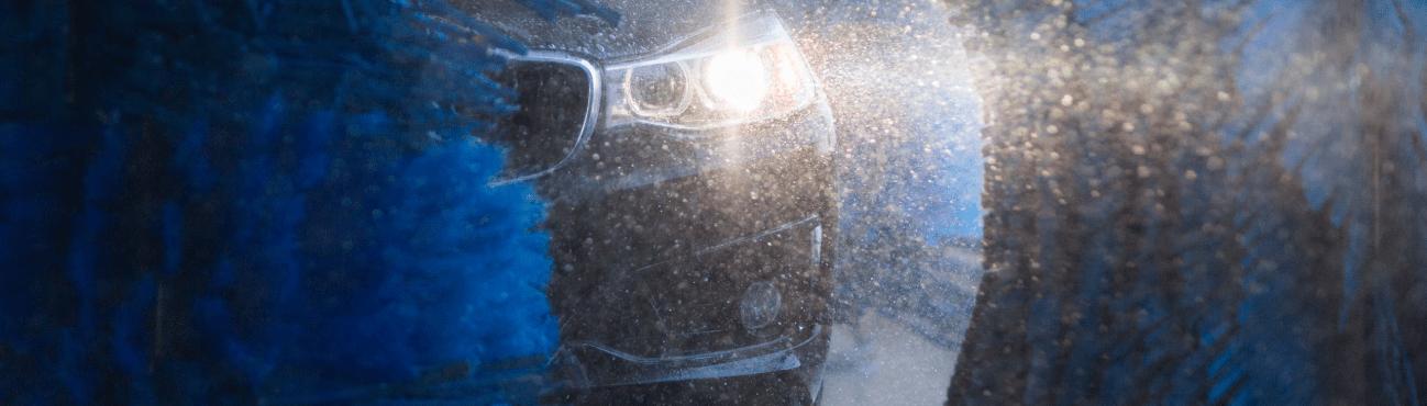 Une voiture au milieu des brosses bleues d'un lave-auto SuperDoux Petro-Canada.
