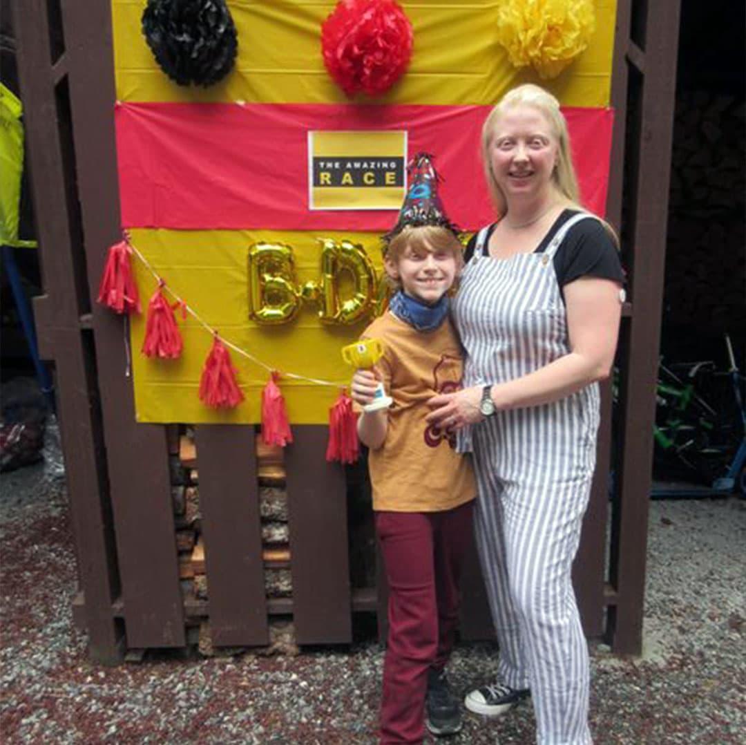 Une mère et son fils à une fête d'anniversaire