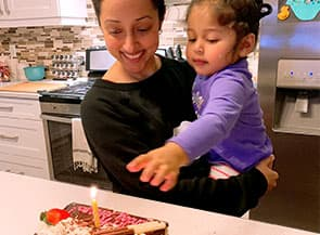 Une mère et sa fille avec un gâteau de fête
