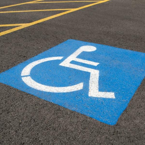 Espace de stationnement pour handicapé à un établissement Petro-Canada.