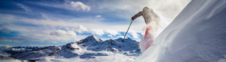 Un skieur descend une pente