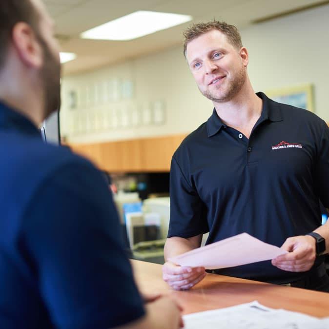 Un vendeur parle à un client.