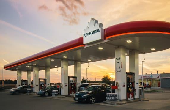 Une station-service Petro-Canada au crépuscule.