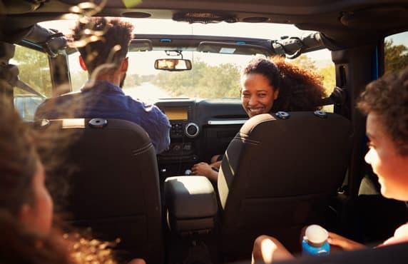 Toute la famille dans la voiture - vue de la banquette arrière.