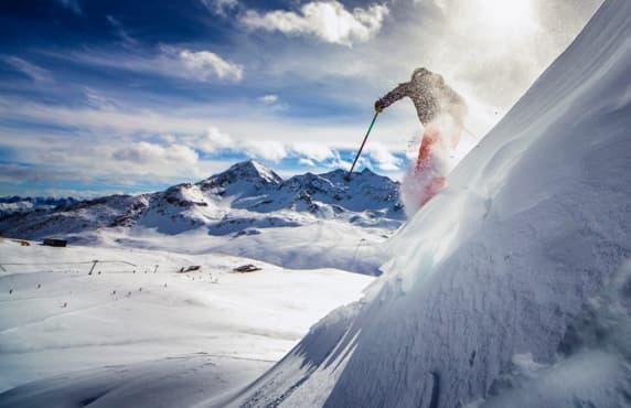 Un skieur qui descend une pente abrupte.