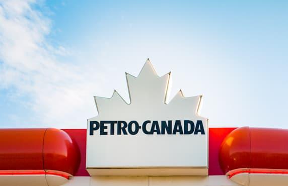 Le logo Petro-Canada sur la marquise d'une station-service.