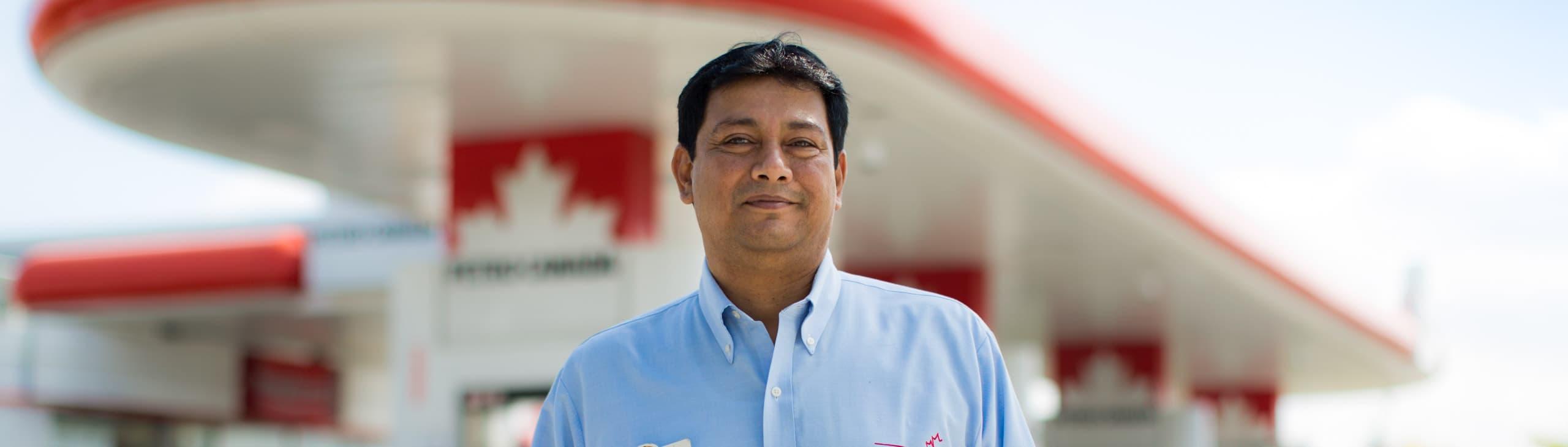 L'exploitant d'un établissement de ventes au détail Petro-Canada devant son dépanneur.