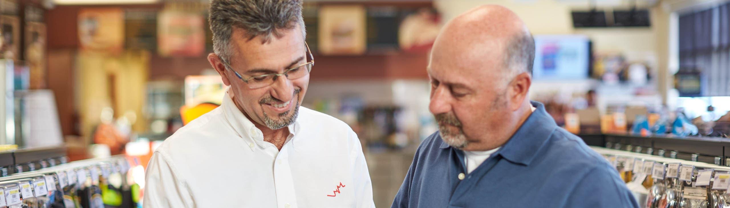 Deux hommes dans un dépanneur Petro-Canada regardent un produit.
