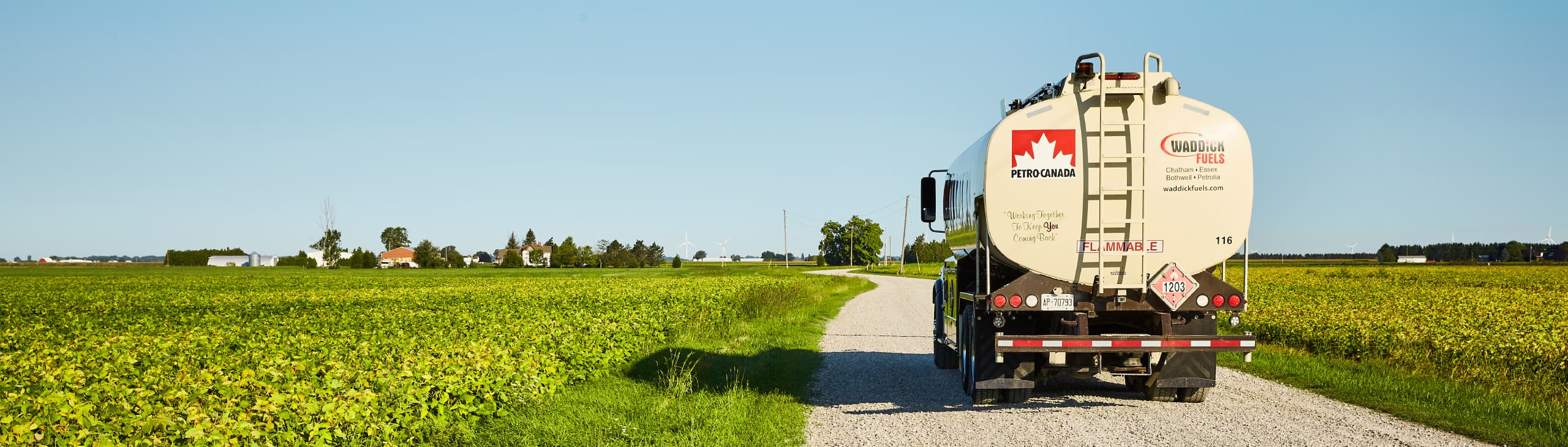 Un camion qui traverse des terres agricoles