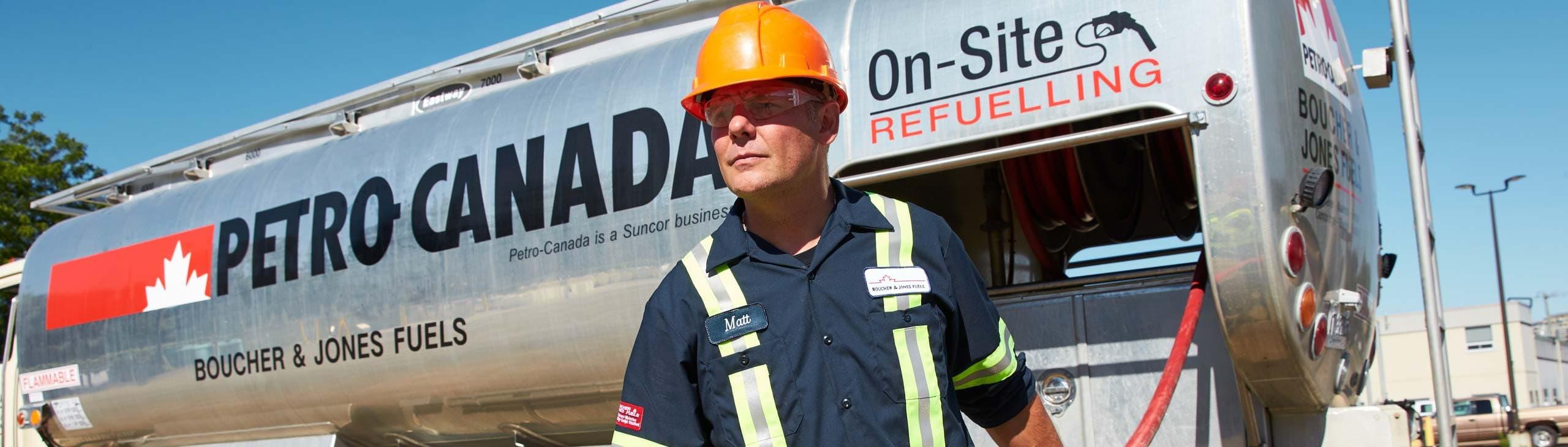 Un technicien qui livre du carburant en vrac avec un de nos camions.