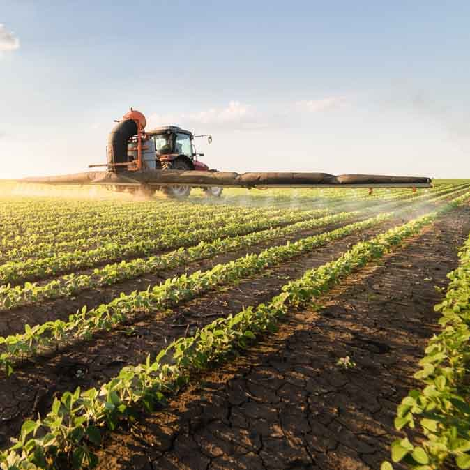 Un tracteur dans un champ lors de la récolte.